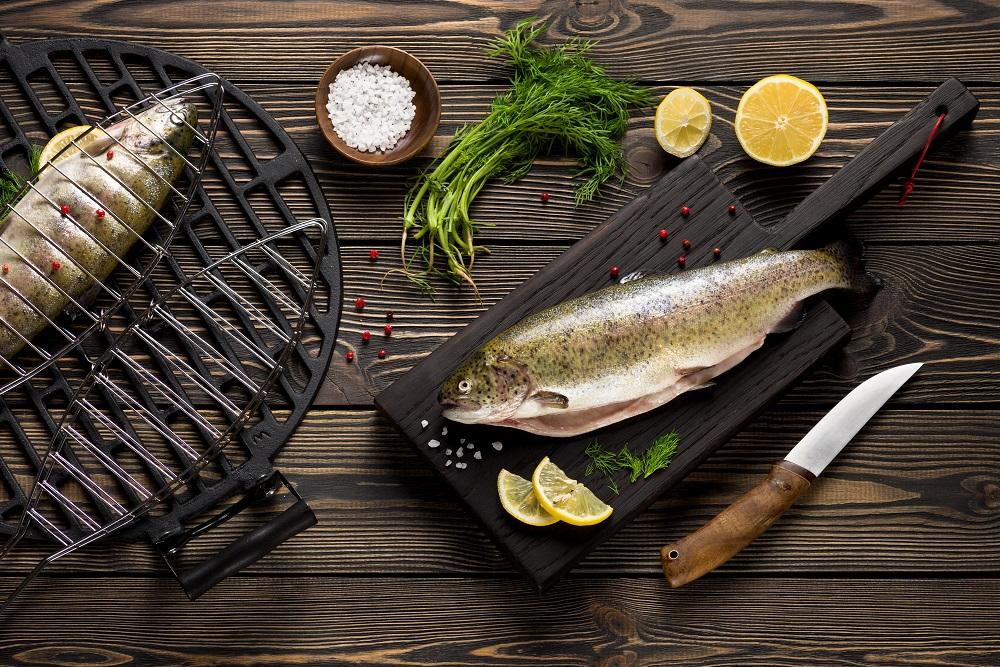 Ryba podana na desce z nożem